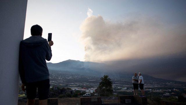 Nueva colada de lava tras el derrumbe parcial de la cara norte del volcán en La Palma – Télam